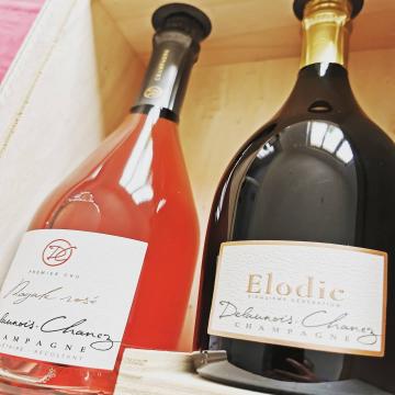 Une cuvée Royale Rosé et une cuvée Elodie dans un joli coffret en bois, à offrir ou à s'offrir 🥰 .  #champagnedelaunoischanez #rillylamontagne #champagne #vigneronsindependants #champagnedevignerons #hve #recoltantmanipulant #montagnedereims #champagnelover #pinotnoir #champagnerosé #champagnelife #instachampagne #cadeau